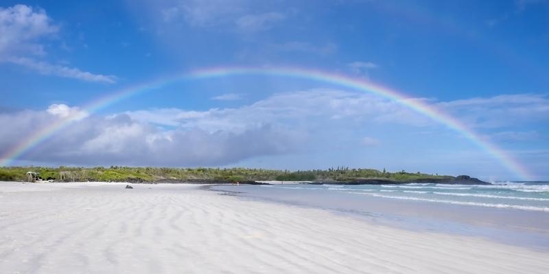 Arco iris sobre Tortuga Bay o la playa en las Islas Galápagos Ecuador Isla Santa Cruz