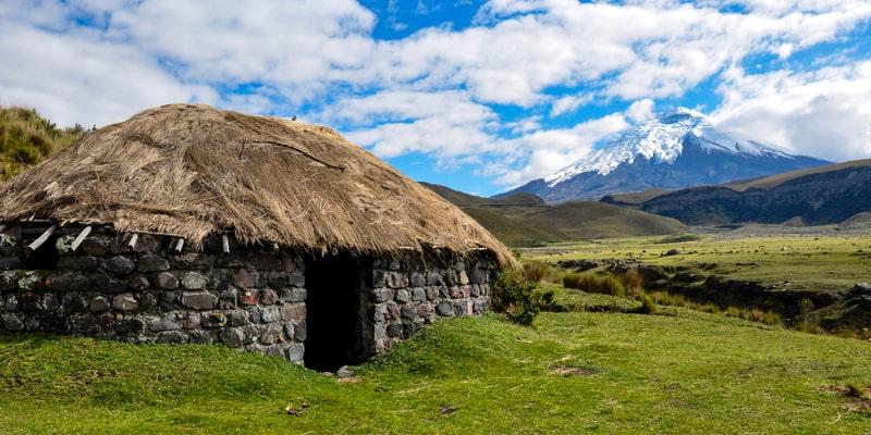 Cabaña indio arqueológico en el Parque Nacional cotopaxi, ecuador