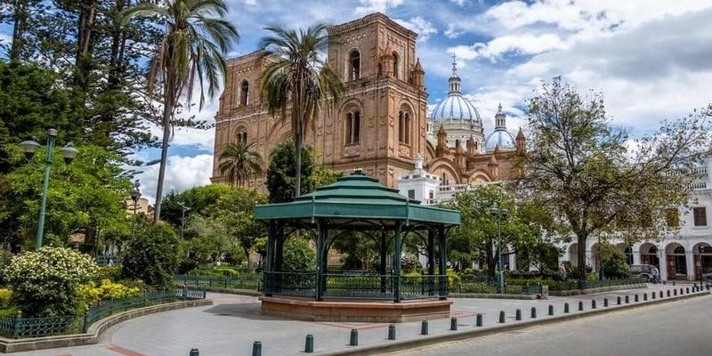 Parque Calderon y Catedral de Inmaculada Concepción Cuenca Ecuador