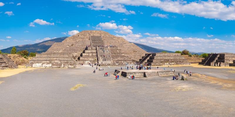 pirámide de la luna y la Plaza de la luna en Teotihuacan en México