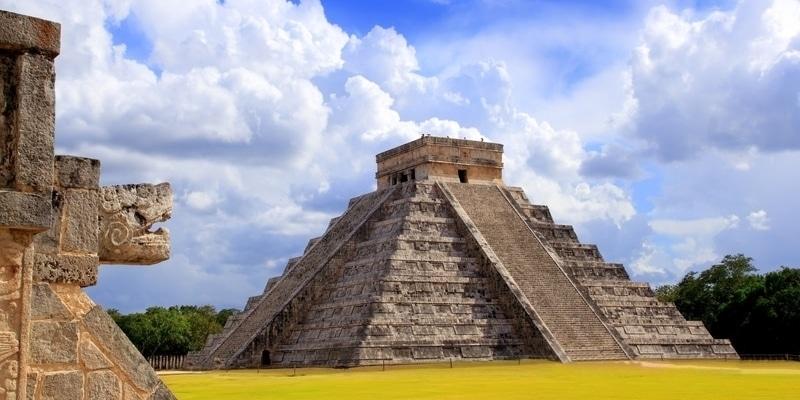 Pirámide de templo maya serpiente y kukulkan Chichen itza yucatan mexico
