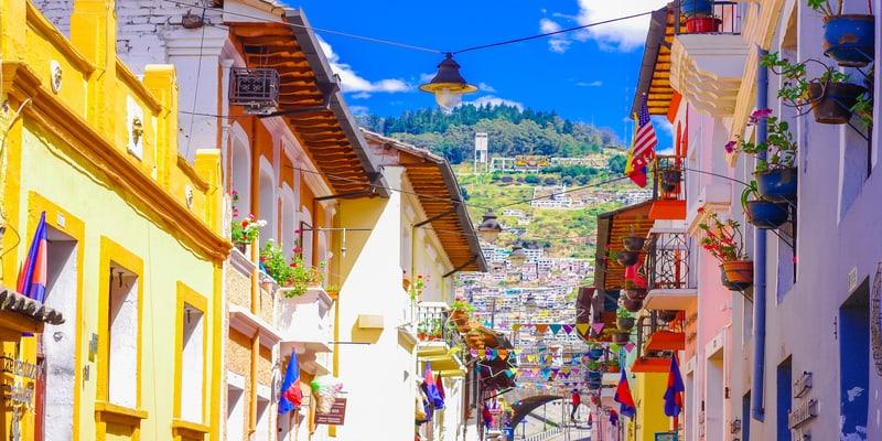 quito calle centro historico balcones madera tallada ecuador colonial