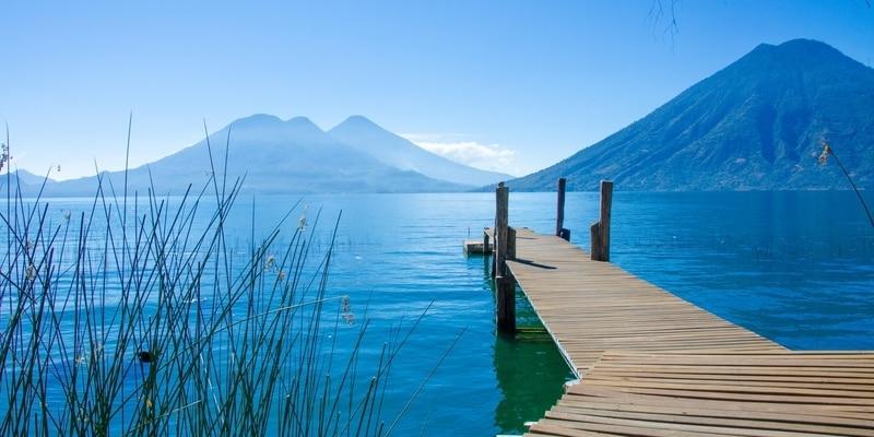 Playa Paraíso con silla y kayak en el lago de Atitlán, Panajachel - relajación y recreación en la playa con un paisaje paisaje de vulcano en el altiplano de Guatemala